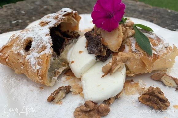 Кладу на тарелку, добавляю ванильное мороженое. При желании можно добавить еще любые орехи.