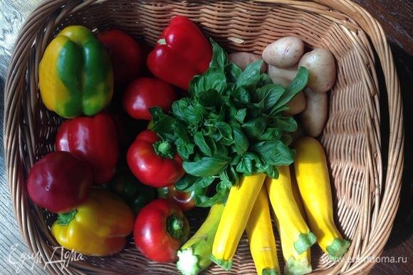 Чищу и нарезаю картошку, морковь, лук, кабачок, капусту, укроп, перец, базилик.