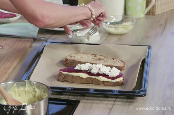 На этот же кусок выложить слой свеклы и слой козьего сыра.