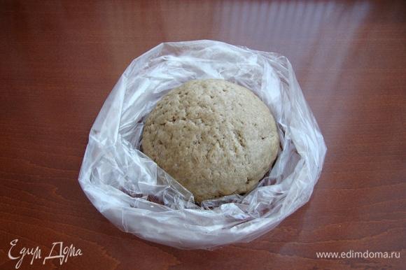 Замесить тесто. Оно податливое ,мягкое и не липнет к рукам. Тесто завернуть в пакет и положить в холодильник минут на 30.