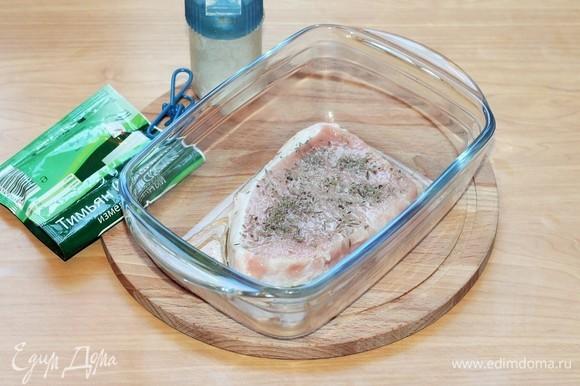 Солим сверху стейк (щепотка) и посыпаем мясо тимьяном (1/3 ч. л). Тимьян отбивает запах свинины.