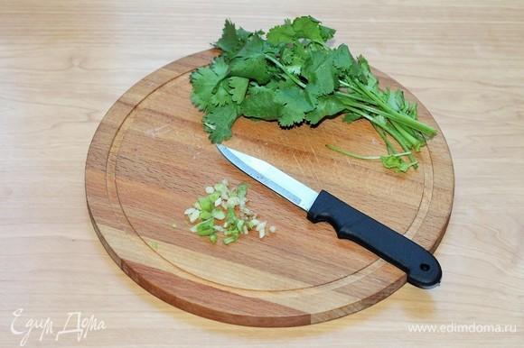 Берем кинзу, отрезаем зелень, корешки хорошо промываем и рубим, кладем на кусочек мяса.