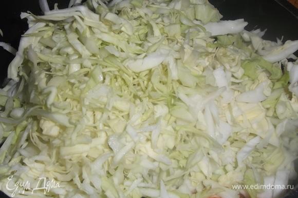 Добавить нашинкованную капусту, посолить, накрыть крышкой.