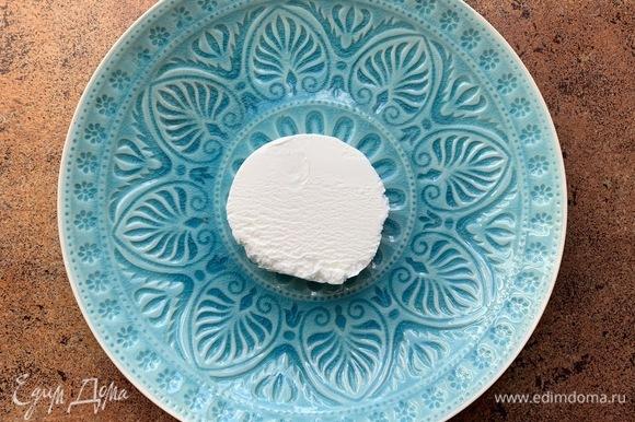 Мороженое (у меня ванильное) нарезаю на круглые порционные кусочки.