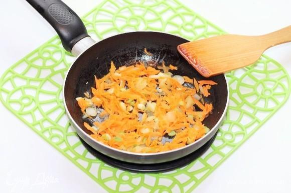 К луку добавить тертую на крупной терке морковь и пассеровать овощи до мягкости моркови.