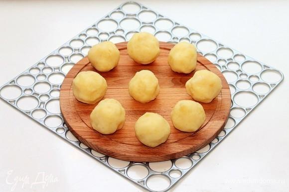 Сформируем биточки. Из картофельного пюре скатать 9 шариков.