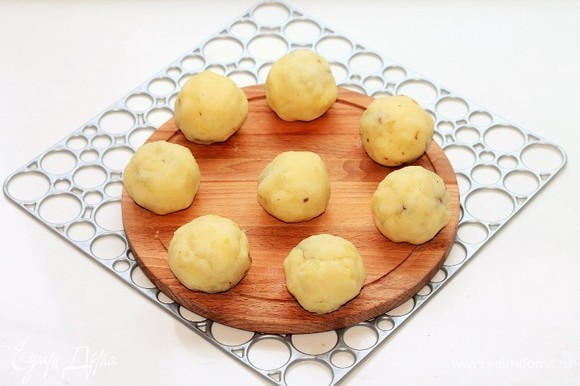 Залепить начинку картофелем и сформировать шарики, 8 шт. От 9 шарика отщипываем картофель и закрываем верх шарика. Из шариков можно сформировать биточки, если вы жарите на сковороде, или оставить как есть, если запекаете в духовке.
