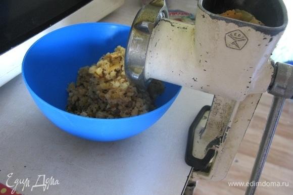 Начинку перекручиваем на мясорубке, в самом конце вливаем абрикосовое варенье, добавляем специи.