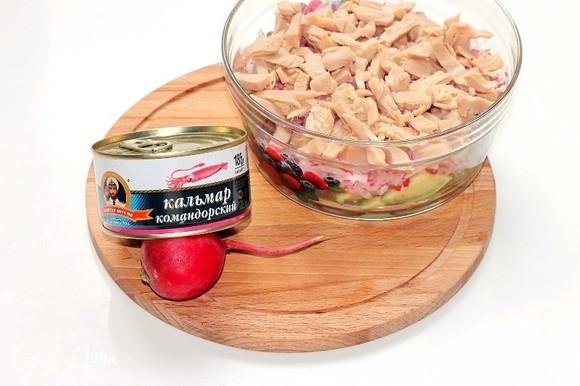 Крупные кусочки кальмаров ТМ «Капитан Вкусов» нарезать и выложить в миску.