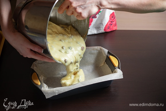 Форму для кекса застелите пергаментом, выложите тесто.