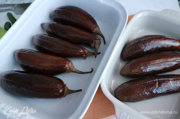 Вынуть баклажаны, смазать оливковым маслом, дать остыть до теплого состояния.