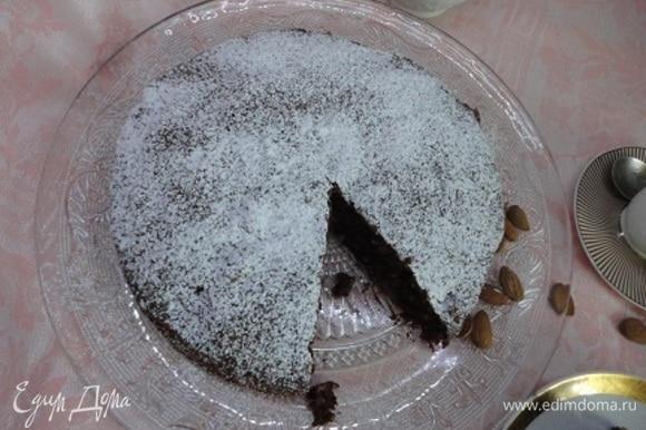 Выливаем тесто в разъемную форму, предварительно смазанную маслом или выстланную пекарской бумагой. Выпекаем 35–40 минут (в рецепте указывалось 50–60 минут), проверяем готовность деревянной шпажкой. Готовый остывший пирог посыпаем сахарной пудрой.