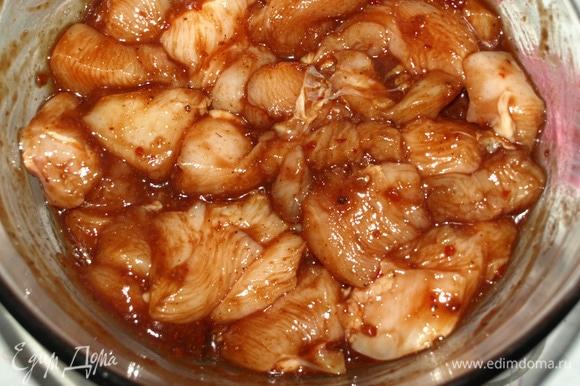 Куриное филе нарезать небольшими кусочками. И соединить с маринадом. Хорошо перемешать. Закрыть миску пищевой пленкой и убрать в холодильник на 30 минут или больше. Можно оставить на ночь.