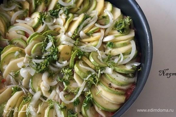 Разложить картофель, цукини и нарезанный лук на сковороде в круговые ряды, чередуя овощи.