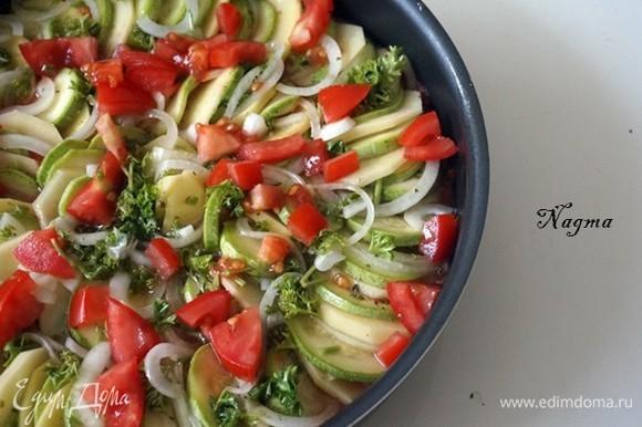 Если у вас в миске осталась смесь оливкового масла и чеснока, вылейте ее на овощи, а затем положите поверх нарезанные кубиками помидоры. Накройте сковороду или форму фольгой (немного выгните лист фольги, чтобы он не касался овощей). Запекайте при температуре 200°C в течение 45 минут. Ненадолго вытащите противень, чтобы аккуратно снять фольгу, затем поставьте его обратно в духовку и выпекайте еще 30–40 минут (или пока овощи не станут мягкими и золотистыми и пока большая часть жидкости не испарится) Печи бывают разными, поэтому следите за бриамом и проверяйте овощи при необходимости. Вытащите противень из духовки. Подавайте запеченные овощи с оливковым маслом теплыми или комнатной температуры, щедро сбрызнув оливковым маслом. Приятного аппетита!