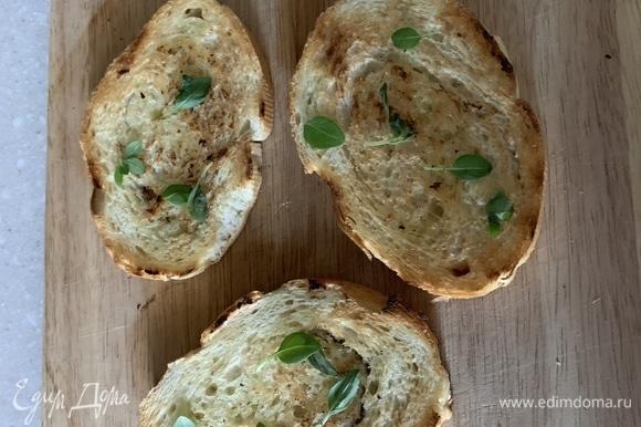 Вот так выглядит хрустящий хлебушек с потрясающим вкусом) Сверху рву немного базилика — поверьте, это нечто! Поверх листиков мажу масло сливочное и потом — паштет)