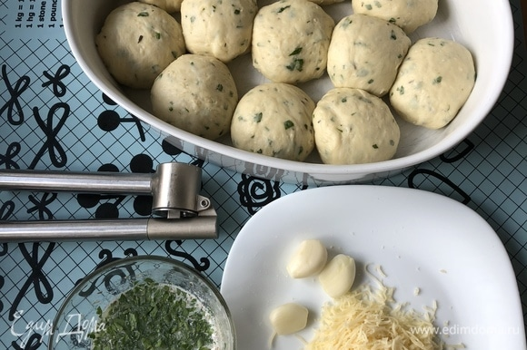 Для смазывания булочек приготовить смесь из растопленного сливочного масла, чеснока (выдавить через пресс), сухого орегано и свежей петрушки (мелко порубить).