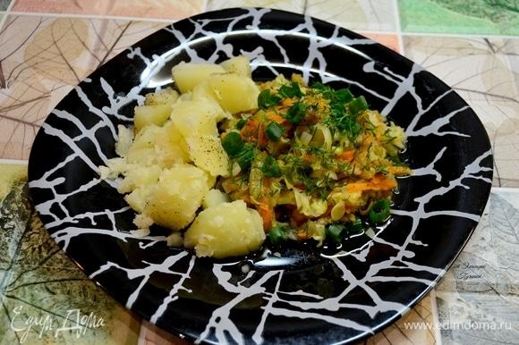 Все ингредиенты нашинковать и постепенно добавлять в сковородку с маслом. Добавить постепенно баклажан, лук, морковь, кабачок, капусту, специи, соль, зелень. Постоянно перемешиваем, тушим под крышкой.