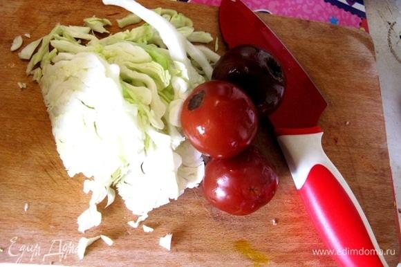 Нарезаем овощи.