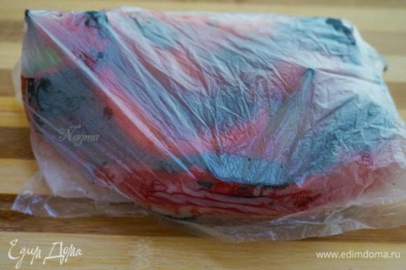 Затем горячие перцы положите в полиэтиленовый пакет, плотно закройте его, дайте перцам полежать в пакете 15–20 минут — так проще будет их очистить от кожицы.