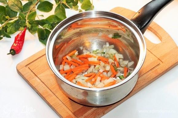 На чесночном масле обжарить лук до прозрачности, затем добавить морковь и пассеровать овощи.