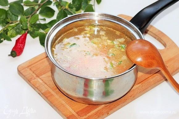 Добавить к овощам бульон или воду. После закипания бульона выложить картофель, посолить и варить до его готовности.