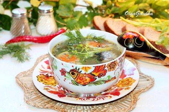 Не забываем удалить лавровый лист. И в оставшемся супе удалить лимонные дольки. Приятного аппетита!