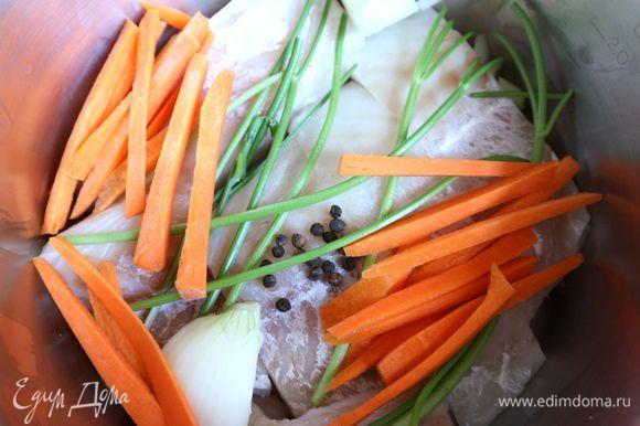В широкую кастрюлю поместить филе трески (рыба должна располагаться в кастрюле в один слой), добавить небольшое количество горячей, чуть подсоленной воды с лимонным соком (1,5 ч. л.), черным перцем горошком, морковью, луком (0,5 шт.), стебельками петрушки. Рыба должна быть прикрыта водой наполовину или чуть меньше, она еще даст сок.