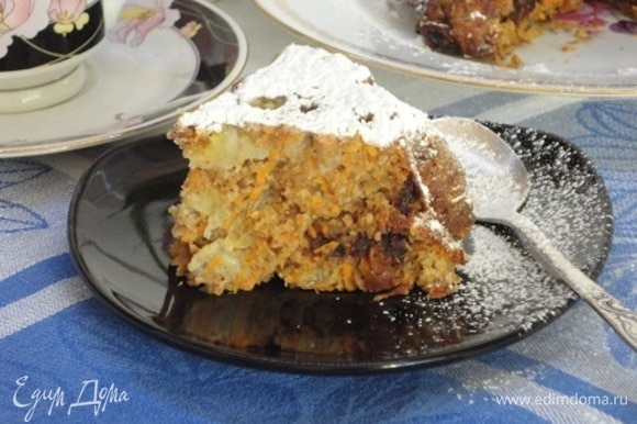 Как и было обещано, пирог влажный, сладкий и ароматный.