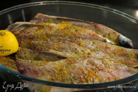 Скумбрию сложить в глубокую посуду, посыпать каждое филе крупной солью, специями (кумином, куркумой и острым красным перцем), полить лимонным соком. Оставить мариноваться на 1 час.