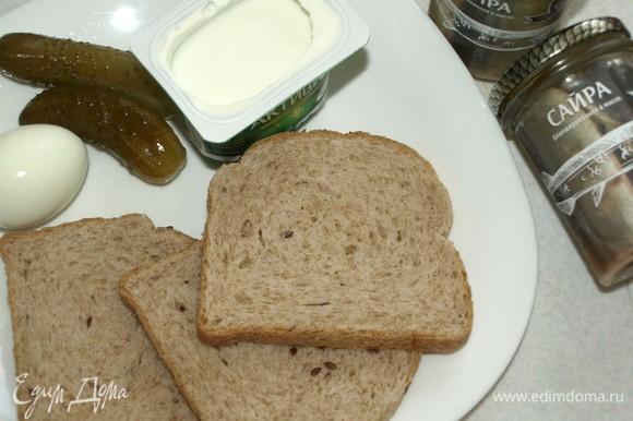 Подготовить продукты. Куриное яйцо отварить и остудить. Соль и перец добавлять по вкусу и по желанию. Я не использовала соль и перец.