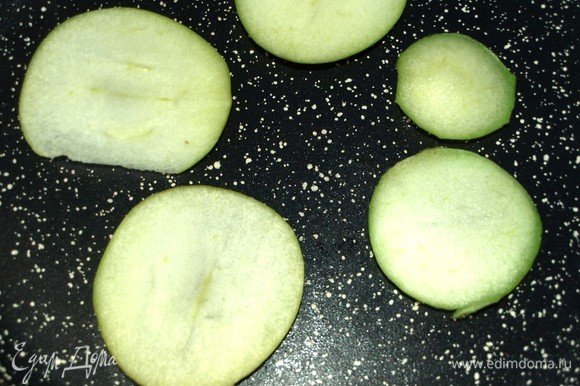 Яблоки припускаем на сковороде до мягкости. Редис режем кружочками.