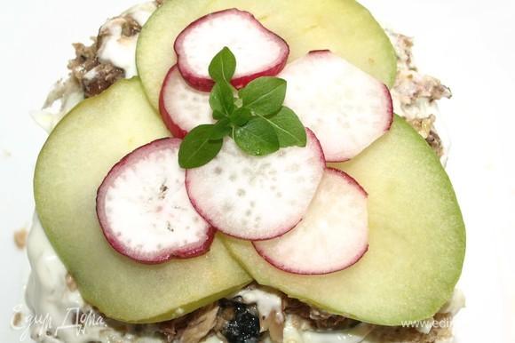 Украшаем смергасторте яблоками и редисом. Добавляем любую зелень по вкусу.