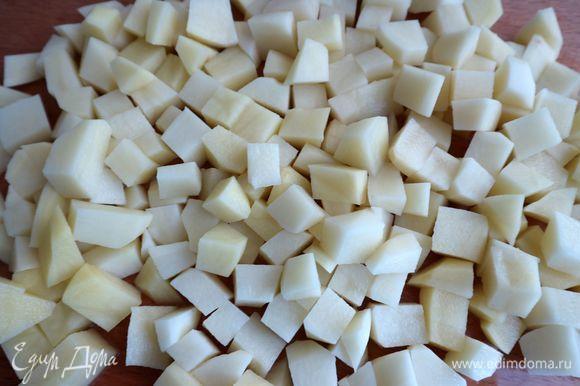 Нарезать картофель кубиками со стороной 2 или 2,5 см.