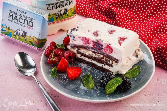Когда десерт будет готов, просто переверните чашу на тарелку и освободите торт от пищевой пленки. Приятного аппетита!
