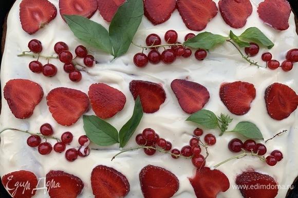 Выложить клубнику, можно добавить по желанию еще любые ягоды, у меня смородина и листики базилика.