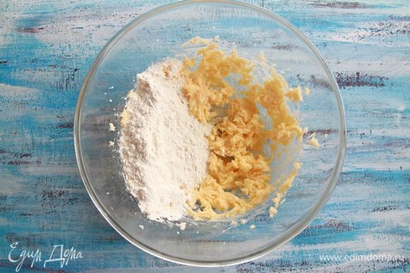 К масляно-желтковой массе добавить просеянные муку, разрыхлитель и соль. Затем сливки (или молоко) и ваниль.
