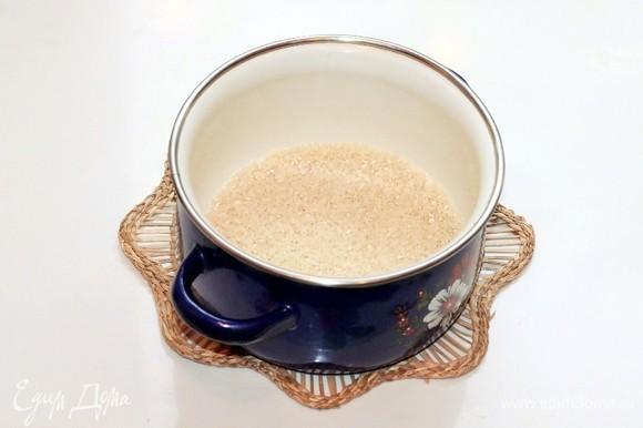 Промытый рис (0,6 стакана) заливаем 2 стаканами воды (500 мл) и отвариваем до полуготовности.
