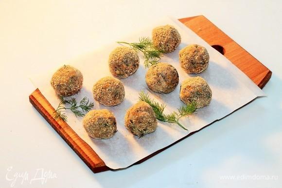Формируем фрикадельки, размером с большой грецкий орех. Немного обваливаем в панировочных сухарях (1 ст. л.).