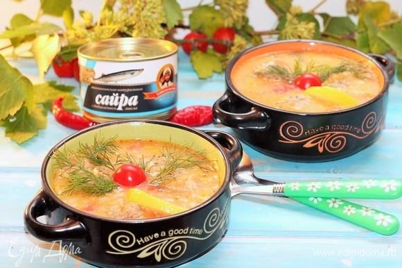 Приготовленный суп подаем с зеленью и долькой лимона. Приятного аппетита!