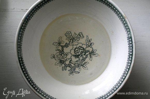 Для теста в чашу налить холодной кипяченой воды, добавить соль и растительное масло, размешать.