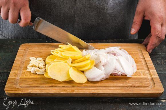 Картофель почистите, нарежьте тонкими слайсами, лук очистите и измельчите. Чеснок мелко порубите.