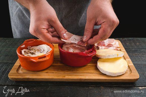 Намажьте сметаной, затем выложите слой картофеля, добавьте бекон.