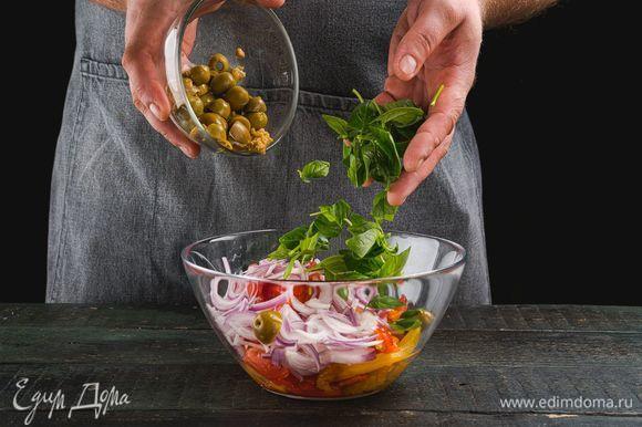 У базилика удалите стебли, добавьте в салат. Также добавьте оливки без косточек.