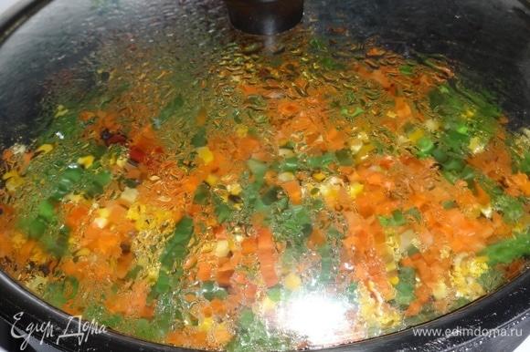 Накрыть сковороду крышкой и тушить на медленном огне до готовности овощей.