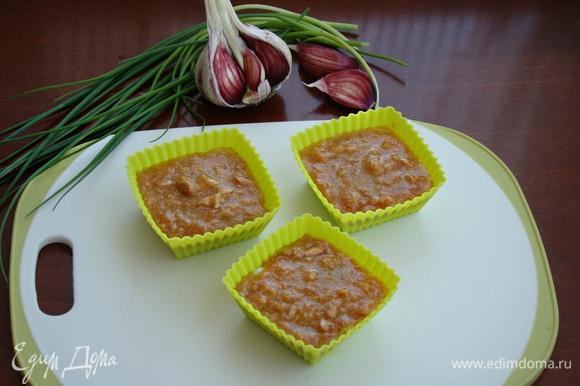 Достать формочки из духовки (белки уже схватились) и равномерно разложить желтково-рыбную смесь. Поставить обратно в духовку также примерно минут на 10–15 (ориентируйтесь на свою духовку).