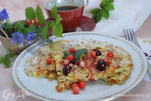 Перед подачей перевернуть на блюдо, посыпать сахарной пудрой, полить фруктовым сиропом или жидким вареньем, украсить свежими и консервированными ягодами и листиком мяты.