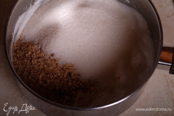 Белки взбить в крепкую пену, перенести их в сотейник, добавить сахар и измельченный миндаль.