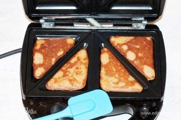 Такие сырники можно приготовить на плите или выпекать в духовке. Я готовила в мультипекаре, установила панельки для сэндвичей. Время выпечки 4 сырников — 5–8 минут.
