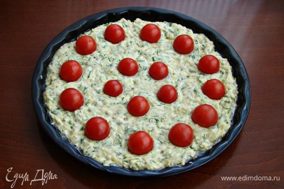 Сверху, слегка вдавливая, уложить помидорки черри. Поставить в разогретую до 170–180°C духовку примерно минут на 30.